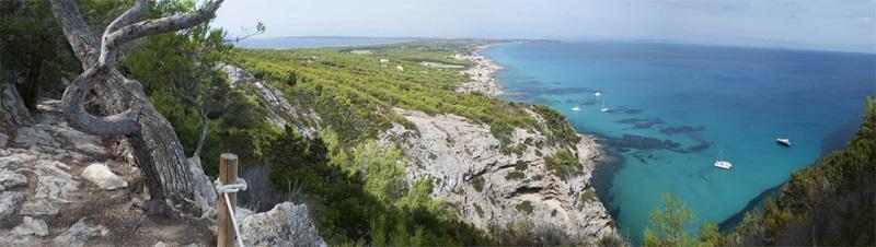 Die Insel Formentera auf den Balearen in Spanien - Felsen und das Meer mit seinem türkisblauen Wasser.
