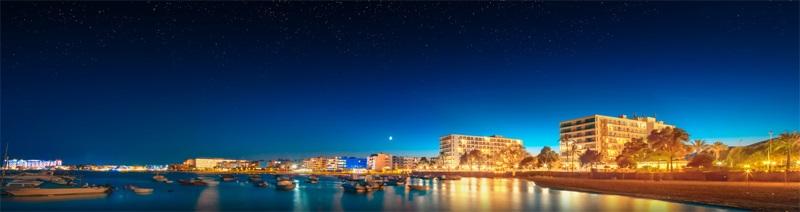 Die Party-Insel Ibiza auf den Balearen in Spanien - Das Nachtleben, Meer und Boote.