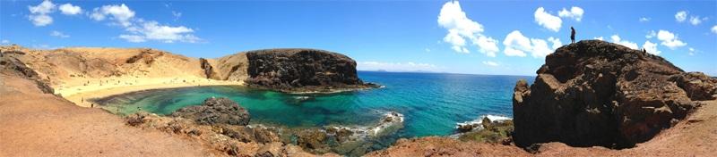 Die Insel Lanzarote auf den Kanaren in Spanien - mit ihrem Meer und dem türkisblauen Wasser, Strand und Felsen.