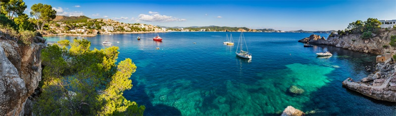 Die Insel Mallorca auf den Balearen in Spanien - Meer, Boote und Felsen - türkisblaues Wasser.