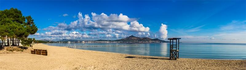 Die Insel Mallorca auf den Balearen in Spanien mit Meer und Sandstrand - blaues Wasser und Berge.
