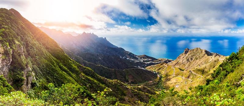 Die Insel Teneriffa auf den Kanaren in Spanien - mit ihrer Berglandschaft - Berge und blaues Wasser.