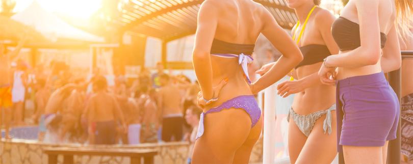 Die Party-Insel Ibiza auf den Balearen in Spanien - Junge Leute feiern eine Party.