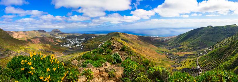 Die Insel Lanzarote auf den Kanaren in Spanien - mit ihrer Berglandschaft, blauem Meer und saftigen Wiesen und Tälern.
