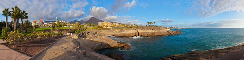 Die Insel Teneriffa auf den Kanaren in Spanien - mit einer Bucht, Strand, Meer und blauem Wasser.